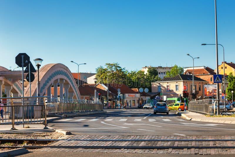Kragujevac Serbien - Juli 18, 2016: gammal fabrik i Kragujevac, Serbien Underbar byggnad och bro av den Knez prinsen Mihailova arkivfoton