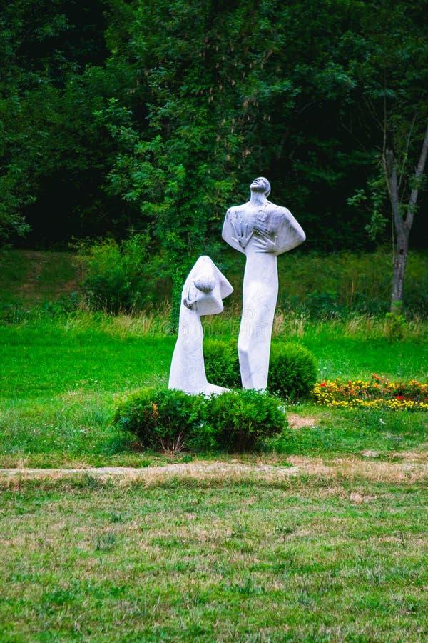 Kragujevac Serbien - 17 Juli, 2016: Monumentet av Pain och som förargar i Sumarice Memorial Park nära Kragujevac i Serbien fotografering för bildbyråer