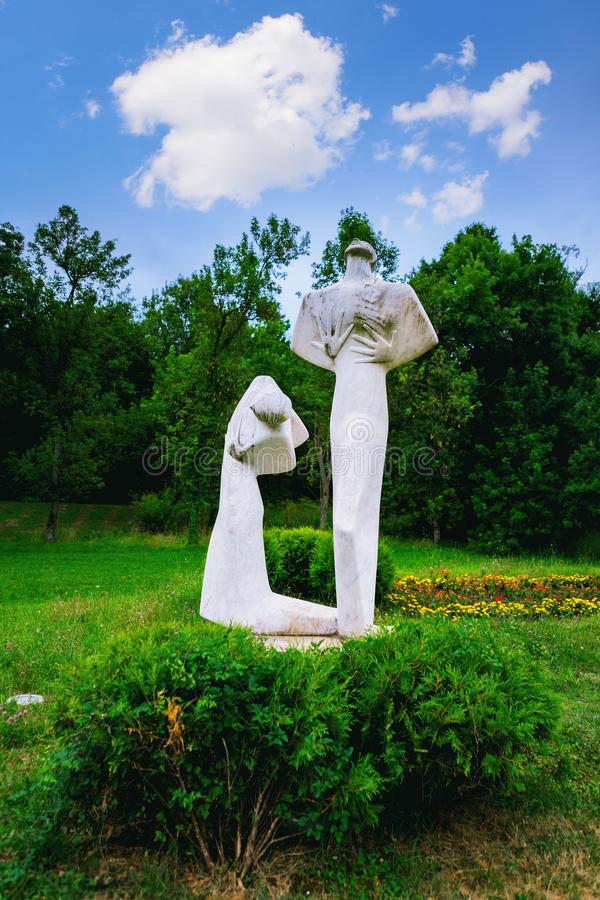 Kragujevac Serbien - 17 Juli, 2016: Monumentet av Pain och som förargar i Sumarice Memorial Park nära Kragujevac i Serbien arkivbilder