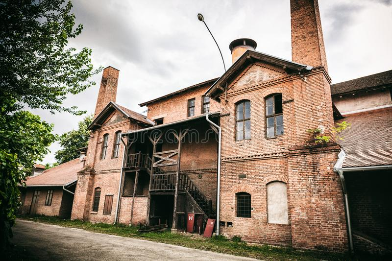Kragujevac Serbien - Juli 18, 2016: Museet av Stara Livnica, lokaliserar nära gammal fabrik i Kragujevac, Serbien Underbar byggna royaltyfri fotografi