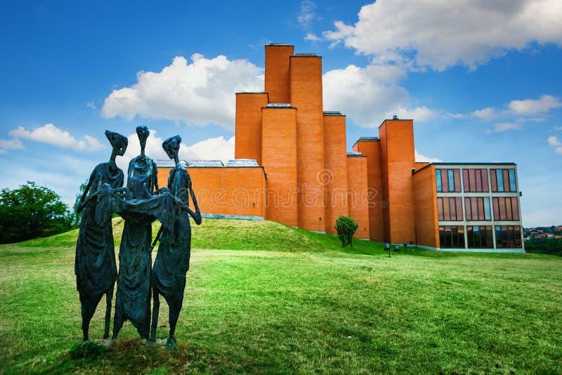 Kragujevac Serbien - 17 Juli, 2016: Skulpturen ödekassörerna framme av det minnes- museet och parkerar 21 Oktober i Kragu arkivfoto