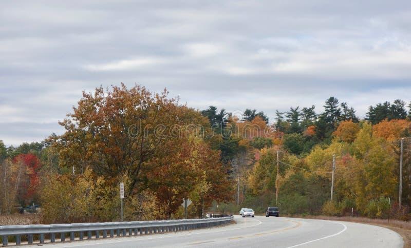 Kraj autostrada w jesieni jaskrawy barwił drzewa, samochody obraz royalty free
