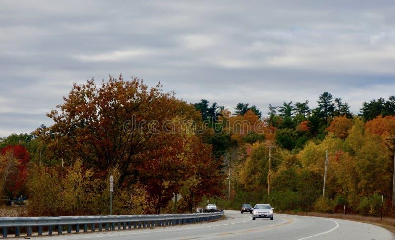 Kraj autostrada w jesieni jaskrawy barwił drzewa, samochody obrazy stock