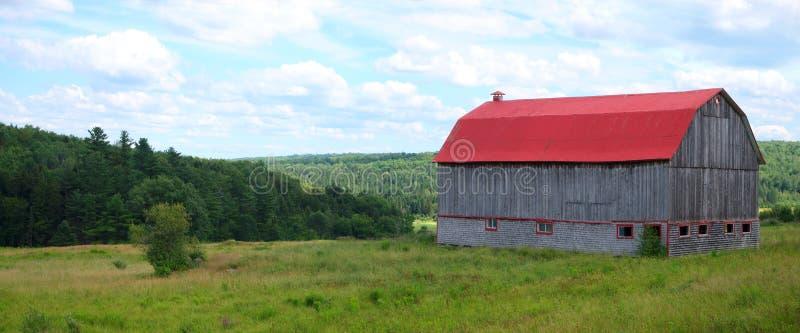 Kraj stajni krajobrazowego czerwonego rolnictwa zieleni pola lata plenerowa natura zdjęcia royalty free