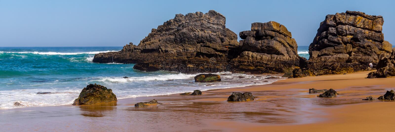 Krajobraz Adraga piaskowata pla?a z kamieniami blisko Sintra, Portugalia skalisty wybrze?e fotografia royalty free