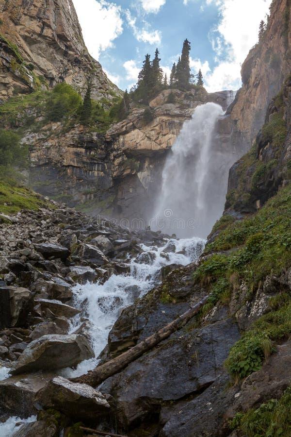 Krajobraz Barskoon siklawa w Kirghizia zdjęcie royalty free