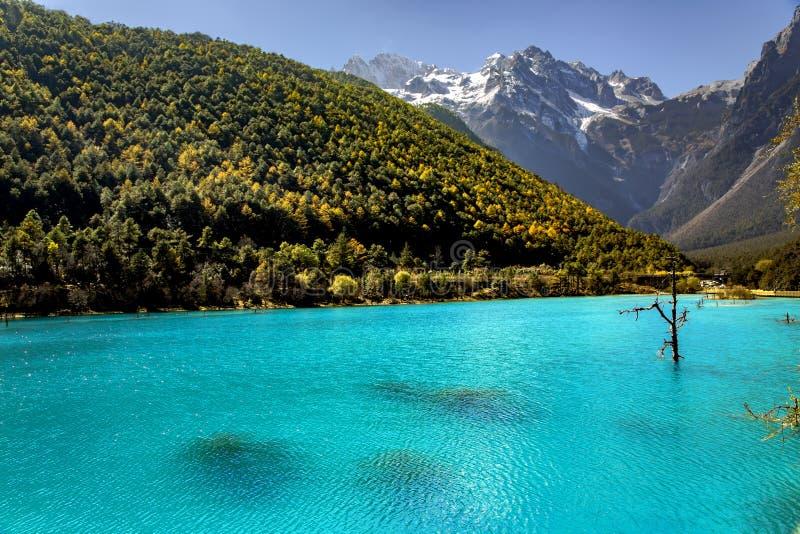 Krajobraz Blue Moon dolina w chabeta smoka śniegu górze zdjęcie royalty free