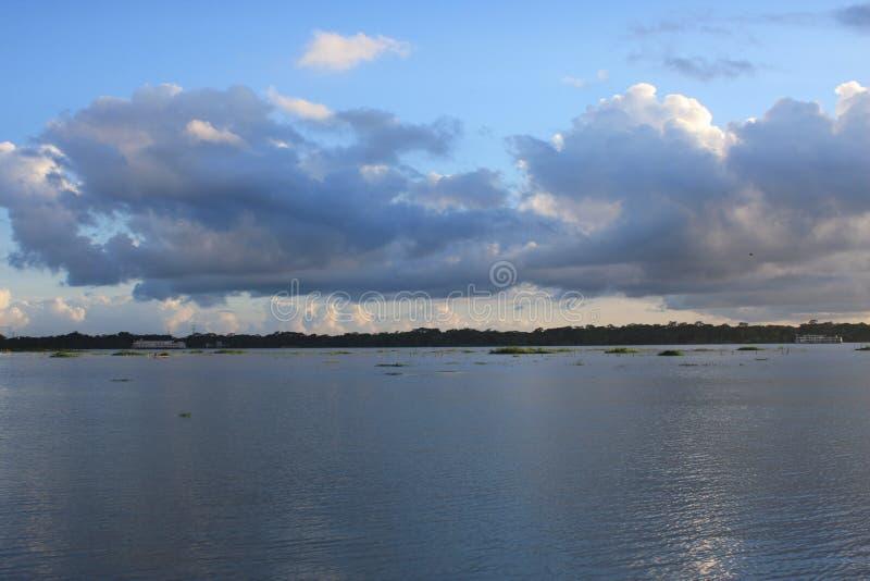 Krajobraz Chmurny niebo i rzeka obrazy stock