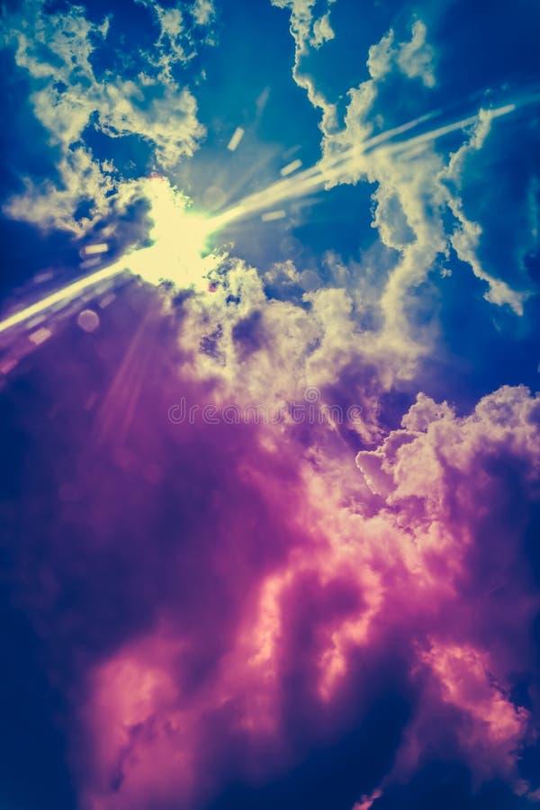 Krajobraz cloudscape tło Kolorowy niebo z sunbeam wewnątrz zdjęcie royalty free