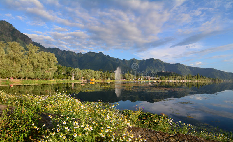 Krajobraz Dal jezioro w Srinagar, India obrazy royalty free