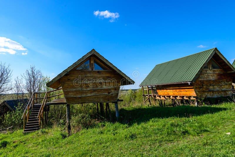 Krajobraz Domy robić drewniane bel kabiny wokoło zielonej trawy Niebieskie niebo z małymi formacjami jest chmurny obraz stock