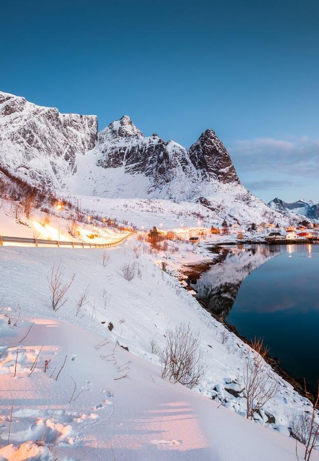 Krajobraz drogowy jarzyć się na górze w norweskiej połów willi zdjęcia royalty free