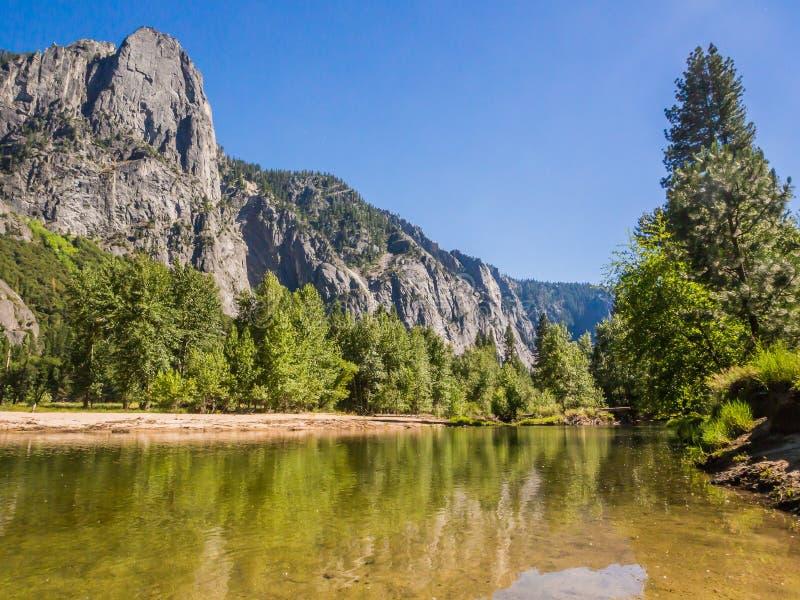 Krajobraz góra i woda w Yosemite parku narodowym zdjęcie stock