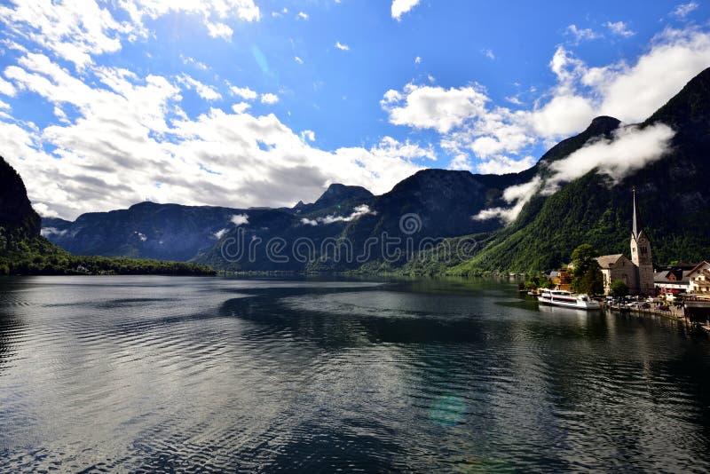 Krajobraz góry, jezioro i domy w Hallstatt, fotografia royalty free