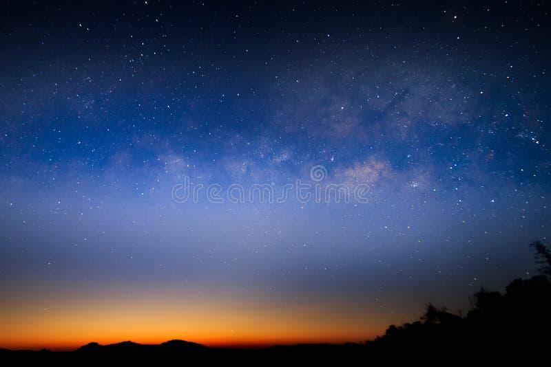 Krajobraz góry przy nocą z gwiazda śladami w Tajlandia obraz stock