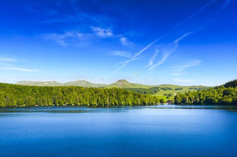 Krajobraz Jeziorny Pavin w Auvergne fotografia stock