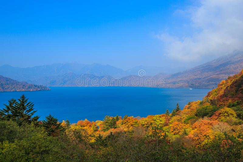 Krajobraz jezioro i g?ra z li??mi obraca kolor w Jeziornym Chuzenji, Nikko -, Japonia fotografia royalty free