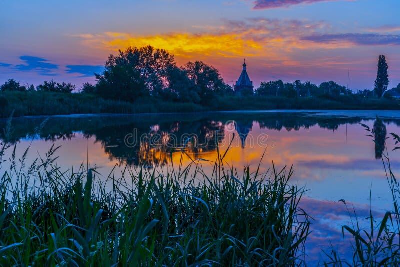 Krajobraz jezioro w zaciszności pogodzie w wieczór lub wcześnie rano obrazy stock