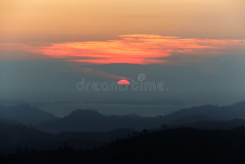 Krajobraz jutrzenkowy przybycie w wierzchołku góra obraz royalty free