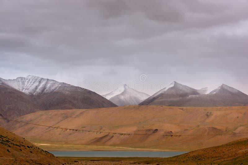 Krajobraz Ladakh z śnieżnymi górami i długą nicią buddyjskich flag zdjęcia royalty free