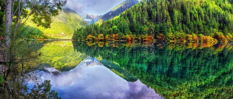 Krajobraz lustrzany jezioro i las przy Jiuzhaigou parkiem narodowym, Chiny obrazy stock
