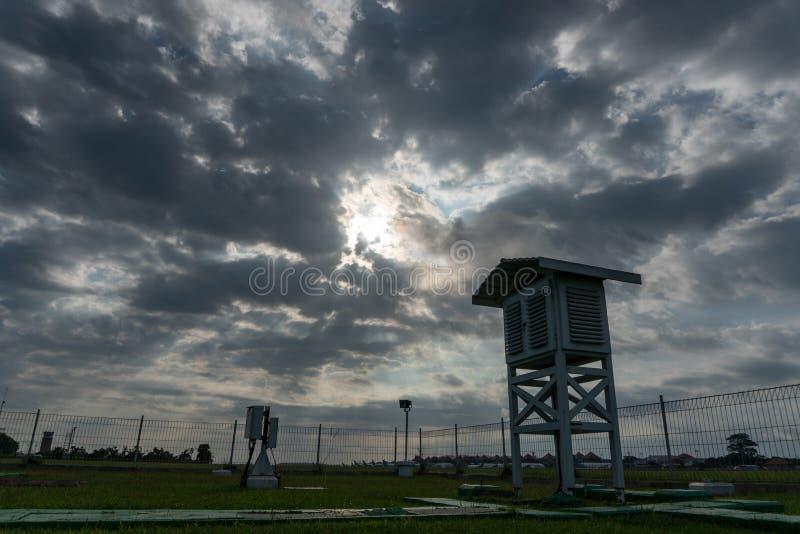 Krajobraz Meteorologiczny ogr?d w ranku gdy niebo folowa? popielatego cumulus i chmur pierzastych chmury z pi?knym promieniem ?wi zdjęcia stock