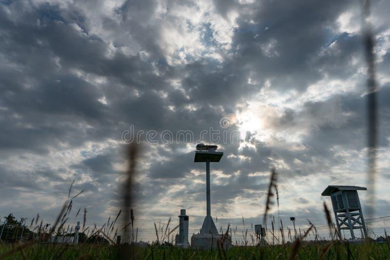 Krajobraz Meteorologiczny ogr?d w ranku gdy niebo folowa? popielatego cumulus i chmur pierzastych chmury z pi?knym promieniem ?wi obraz royalty free