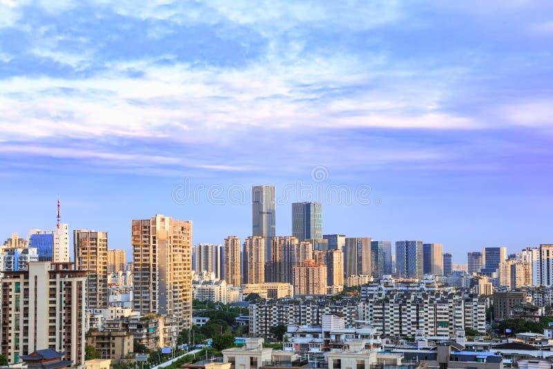 Krajobraz miasta linia horyzontu przy półmrokiem, w widoku z lotu ptaka z drapacz chmur, nowożytnym budynkiem biurowym i niebiesk obrazy royalty free