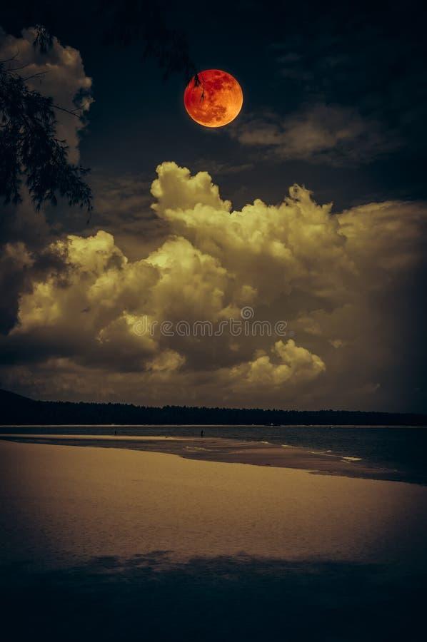 Krajobraz niebo z bloodmoon na seascape noc Spokój n obrazy royalty free