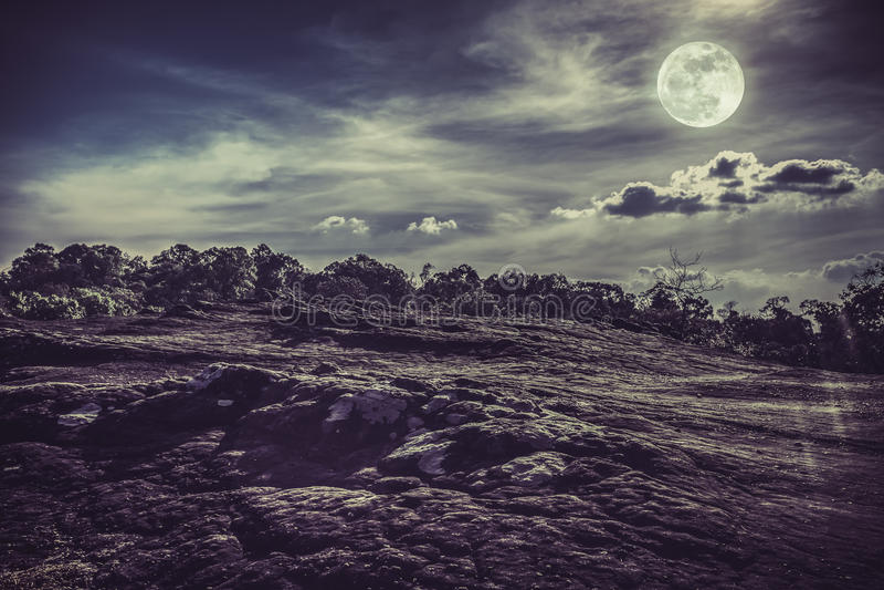 Krajobraz nocne niebo z księżyc w pełni, spokój natury backgrou obraz stock