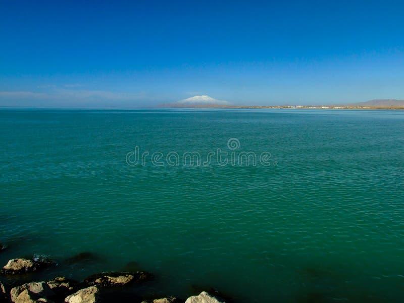 Krajobraz od Van Jezioro Śnieżny góry tło Artos góra zdjęcia stock