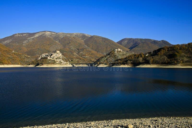Krajobraz pacyficzny jeziora Turano w regionie Lazio, Włochy obrazy royalty free