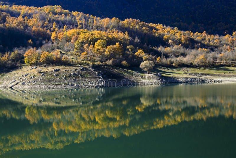 Krajobraz pacyficzny jeziora Turano w regionie Lazio, Włochy zdjęcia royalty free