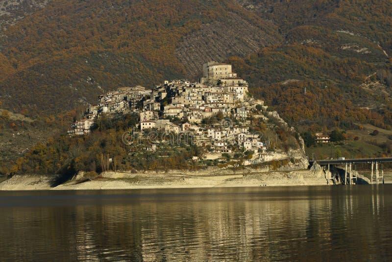 Krajobraz pacyficzny jeziora Turano w regionie Lazio, Włochy fotografia stock