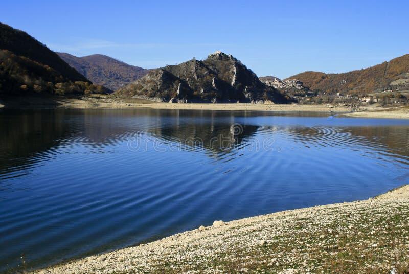 Krajobraz pacyficzny jeziora Turano w regionie Lazio, Włochy zdjęcie stock