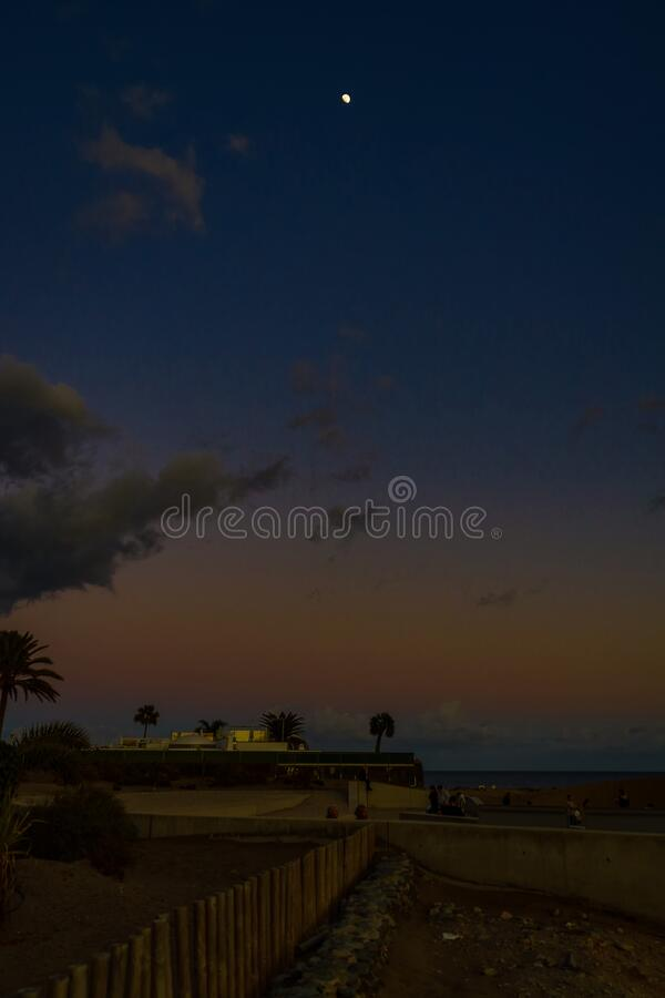 Krajobraz po zachodzie słońca z błękitnym niebem i białym księżycem na hiszpańskiej wyspie Gran Canari w wydmach Maspalomas zdjęcia stock
