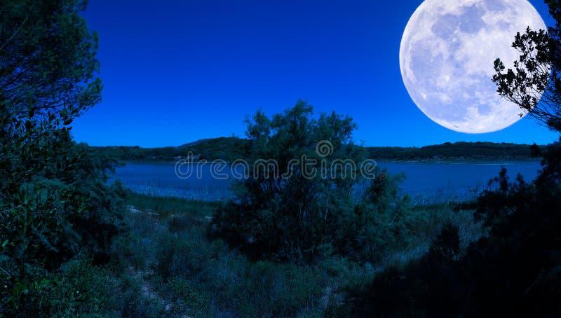 Krajobraz przy jeziorem przy nocą obrazy royalty free