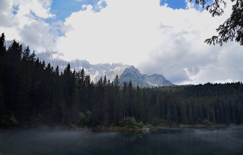 Krajobraz przy Jeziornym Carezza i dolomity, Włochy obrazy royalty free