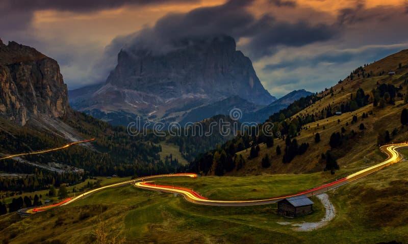 Krajobraz przy Passo Gardena - błękitna godzina po zmierzchu, długi ujawnienie, dolomity, Włochy zdjęcia stock
