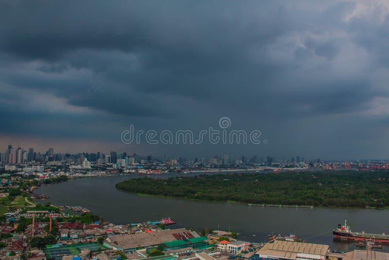 Krajobraz przy rzeką z ciemnymi niebami obrazy royalty free