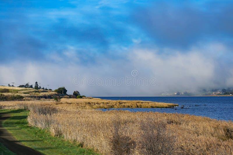 Krajobraz rzeczny jezioro i linia kolejowa zdjęcia stock