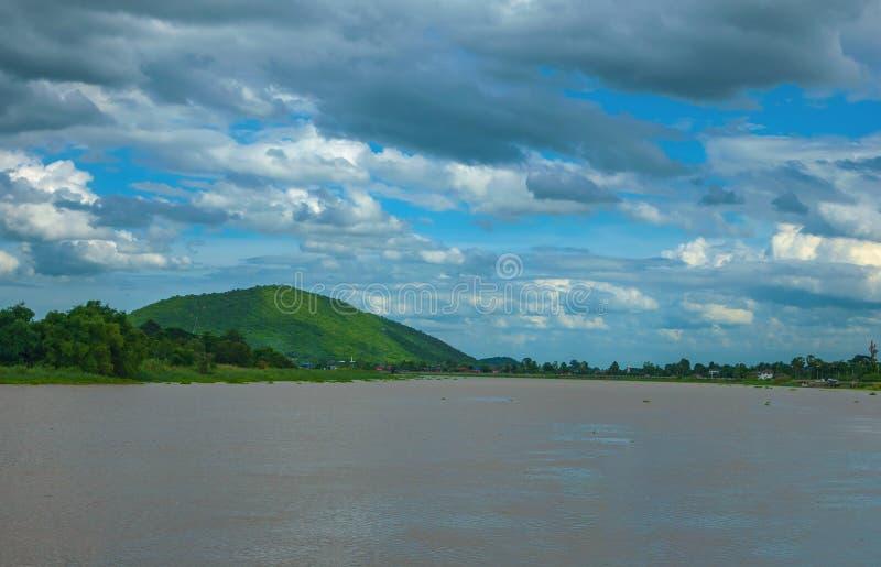 Krajobraz rzeki Tam i góry jest niebieskim niebem jako bac obraz stock