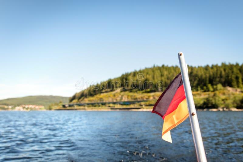 Krajobraz Schluchsee jezioro i niemiecka flaga zdjęcie royalty free
