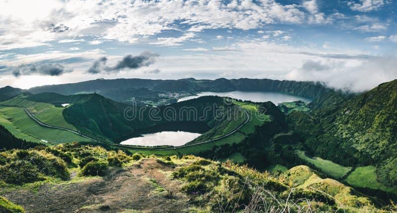 Krajobraz Sete Cidades od Mirador da Boca robi jatce przy zmierzchem z lagoa de Santiago, Sao Miguel, Azores wyspy zdjęcia stock