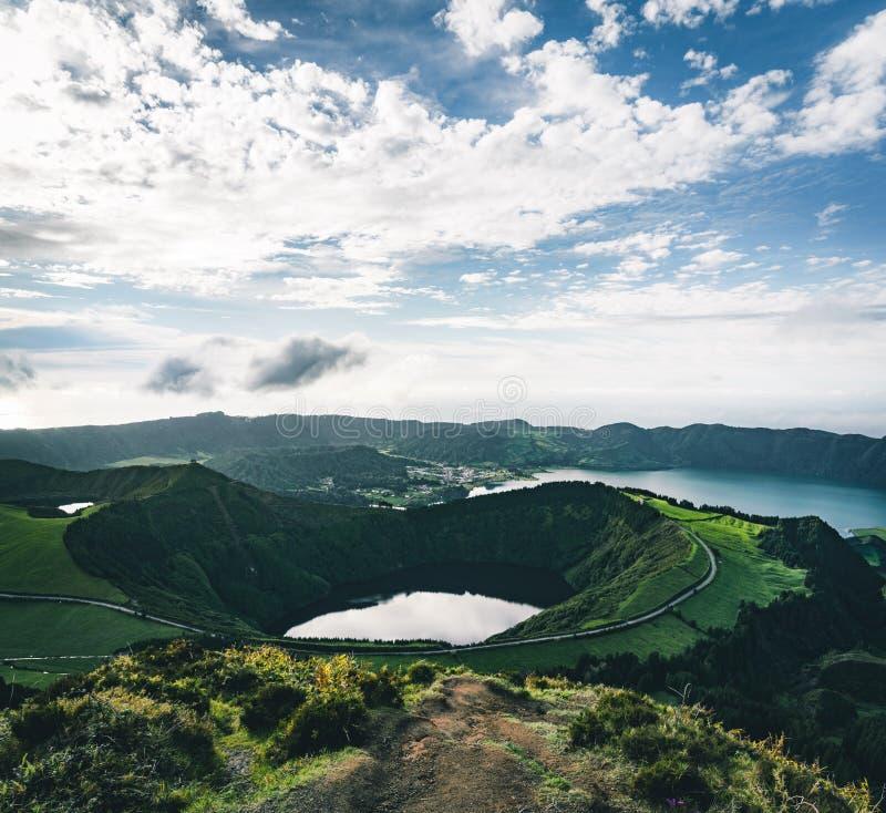 Krajobraz Sete Cidades od Mirador da Boca robi jatce przy zmierzchem z lagoa de Santiago, Sao Miguel, Azores wyspy zdjęcie stock