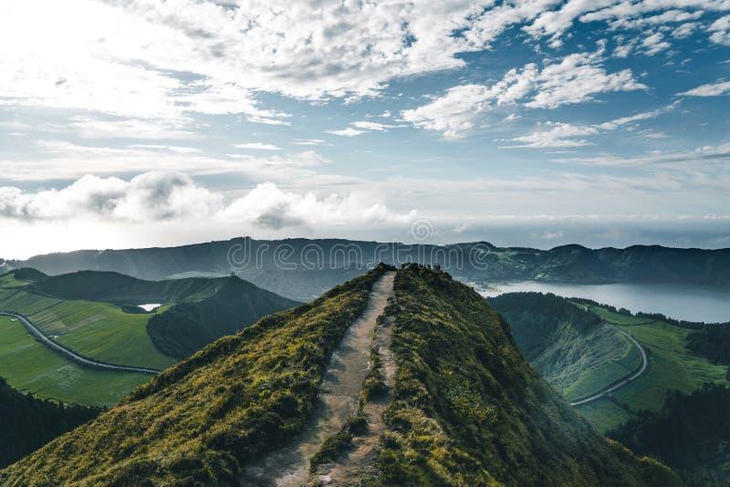 Krajobraz Sete Cidades od Mirador da Boca robi jatce przy zmierzchem z lagoa de Santiago, Sao Miguel, Azores wyspy fotografia royalty free