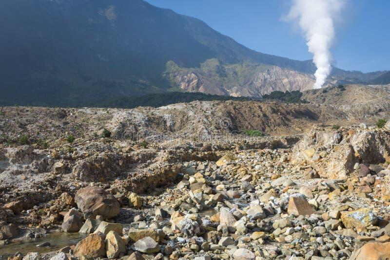 Krajobraz skalisty ślad na górze Papandayan ten rzucać wyzwanie dla wycieczkowicza Aktywny wulkan na Garut Papandayan obrazy stock