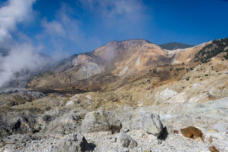 Krajobraz skalisty ?lad na g?rze Papandayan ten rzuca? wyzwanie dla wycieczkowicza Aktywny wulkan na Garut Papandayan obrazy royalty free