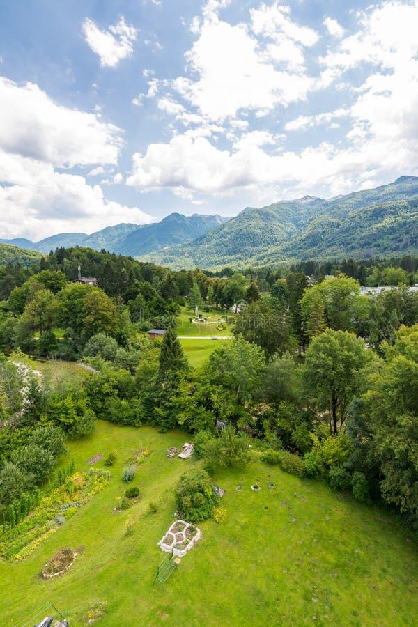 Krajobraz Slovenia góry w Triglav parku narodowym Patrzeje od kościelny wierza blisko Bohinj jeziora Mały ogrodowy pobliski kości obraz stock