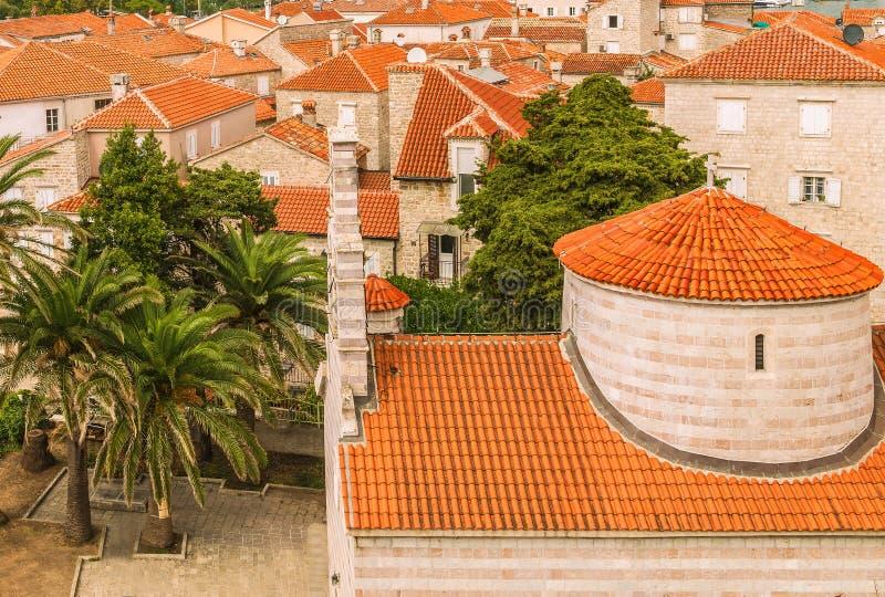 Krajobraz Stary grodzki Budva: Antyczne ściany i czerwony kafelkowy dach Montenegro, Europa Budva - jeden najlepszy utrzymany śre obrazy stock